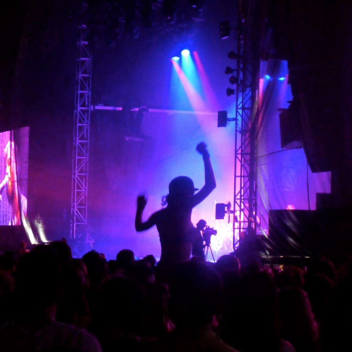 Dancing Concert Girl sitting on shoulders, The Black Keys